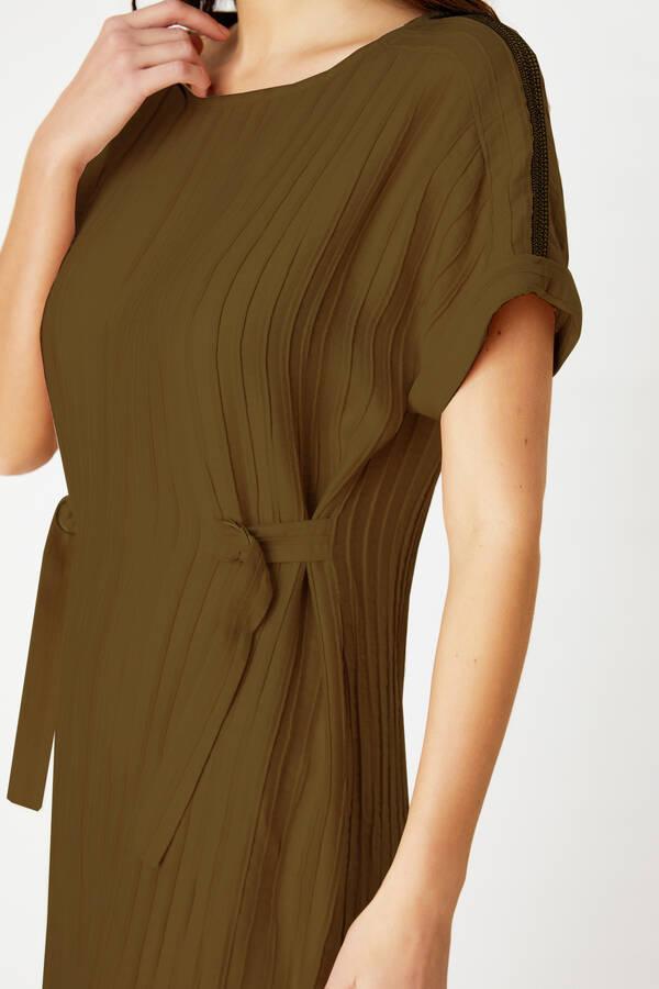 Aksesuar şeritli elbise
